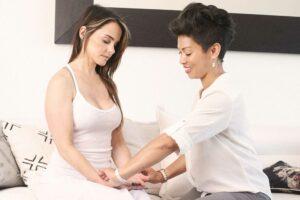 Eine Frau lässt sich mit einer Tuina Massage behandeln