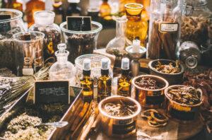 Viele kräuter und Glasfläschchen mit Zutaten für Traditionelle Chinesische Medizin.