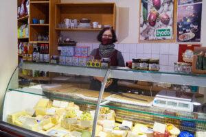 Christa Zander mit Mund-Nasenschutz hinter der Käsetheke in ihrem Bioladen