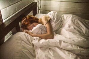 Eine Frau schläft nach der Einschlafübung ein