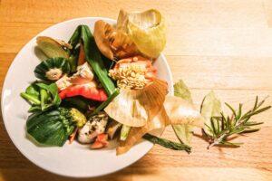 Die gesammelten Küchenreste für die Gemüsebrühe auf einem Blick