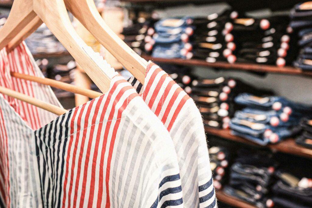 Nahaufname von fairer Mode im Laden von zündstoff – fair organic clothes