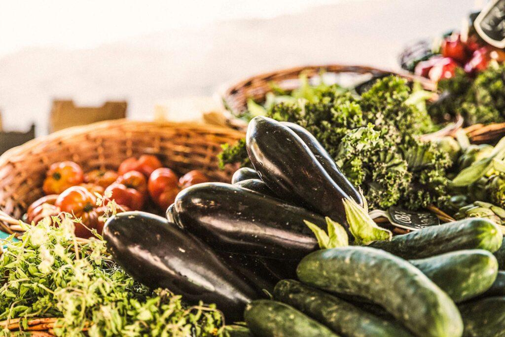 Frisches Gemüse am Marktstand