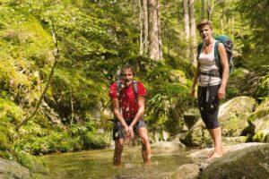 Zwei Menschen genießen beim Wandern die Natur