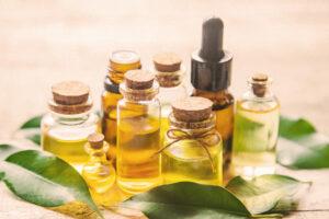 Mehrere Ätherische Öle mit Kräuter stehen auf dem Tisch