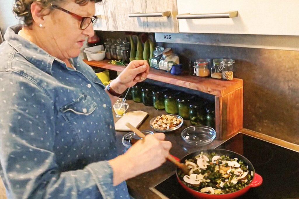 Maria Vogt kocht das ayurvedische Mittagessen mit Löwenzahn