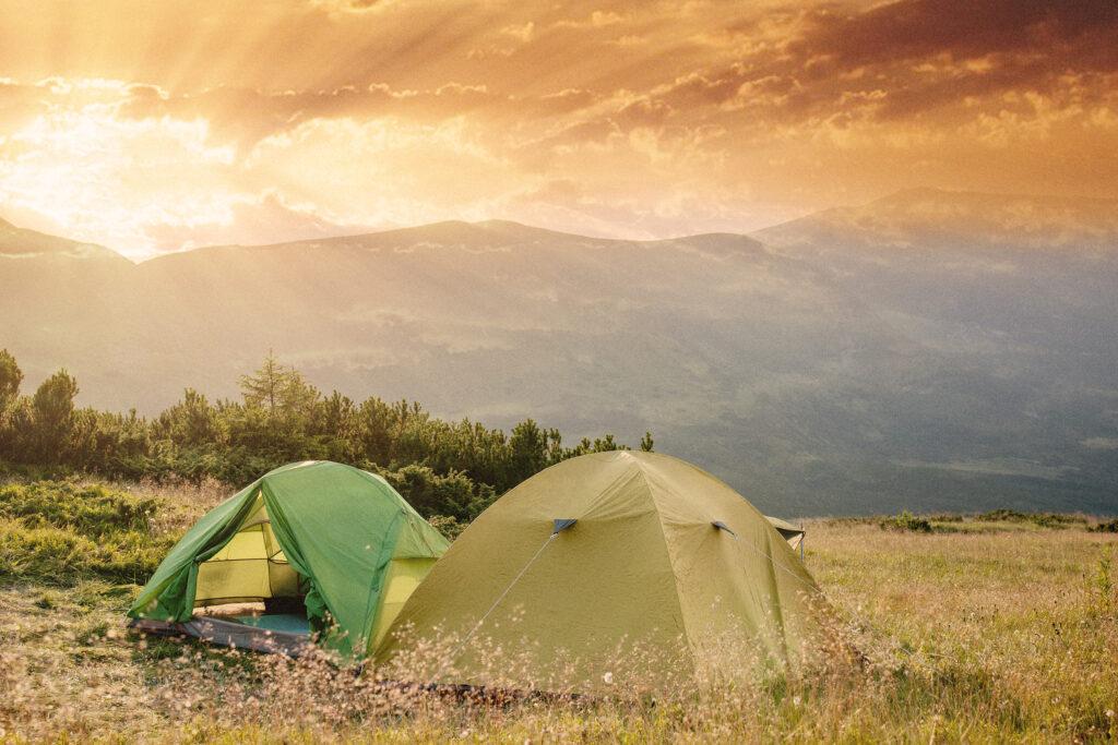 Nachhaltiger Tourismus: zwei Zelte in den Bergen
