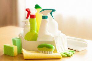 Mehrere Reinigungsmittel in bunten Plasktibehältern