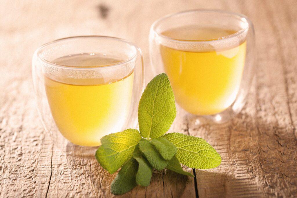 Zwei Gläser Salbei-Tee