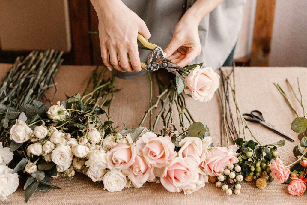 Eine Floristin arbeitet mit Schnittblumen