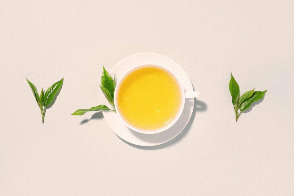 Grüner Tee und Grüntee-Blätter
