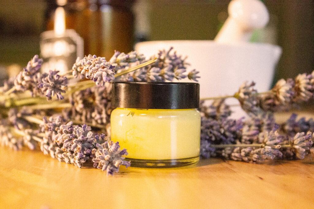Ein Tiegel mit Creme-Parfum aus Lavendel