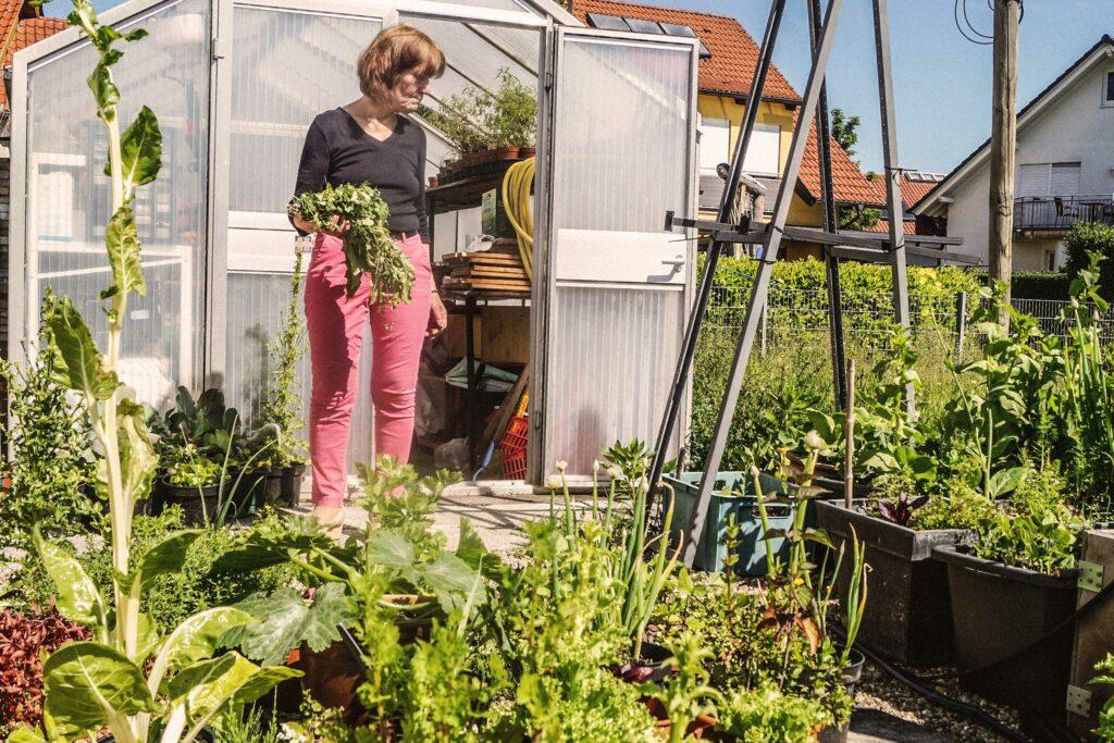 Gabriele Stoll in ihrem Garten, angebaut für ihre vegane Selbstversorgung